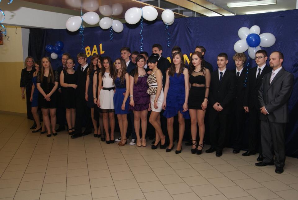 522ce55df1 18 stycznia uczniowie klas trzecich gimnazjum rozpoczęli uroczystym  polonezem swój bal gimnazjalny. Zapraszamy do obejrzenia zdjęć.